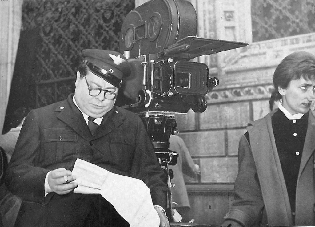 Aldo Fabrizi durante le riprese del film in piazza del Francia di fronte a Palazzo Pepoli