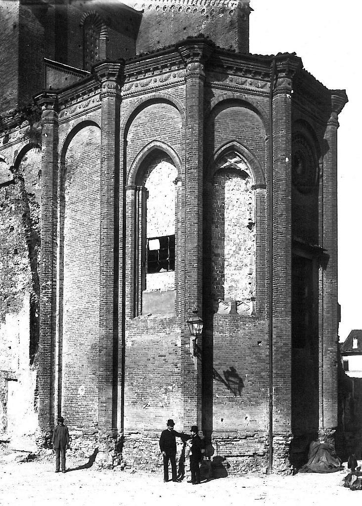 Alfonso Rubbiani durante i lavori di restauro della Chiesa di San Francesco a Bologna. Fondo Pietro Poppi, dalle Collezioni di Genus Bononiae